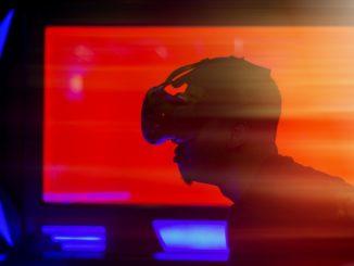 Grafik mit einem Menschen der eine VR Brille trägt