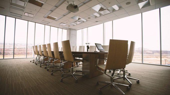 Moderner und heller Konferenzraum