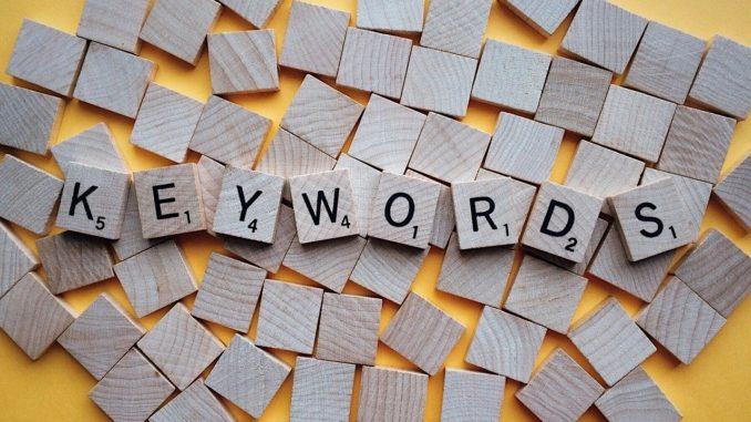 """Scrabblesteine bilden das Wort """"Keywords"""""""